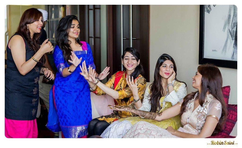 bride-mehandi-pics-mehandi-poses_049