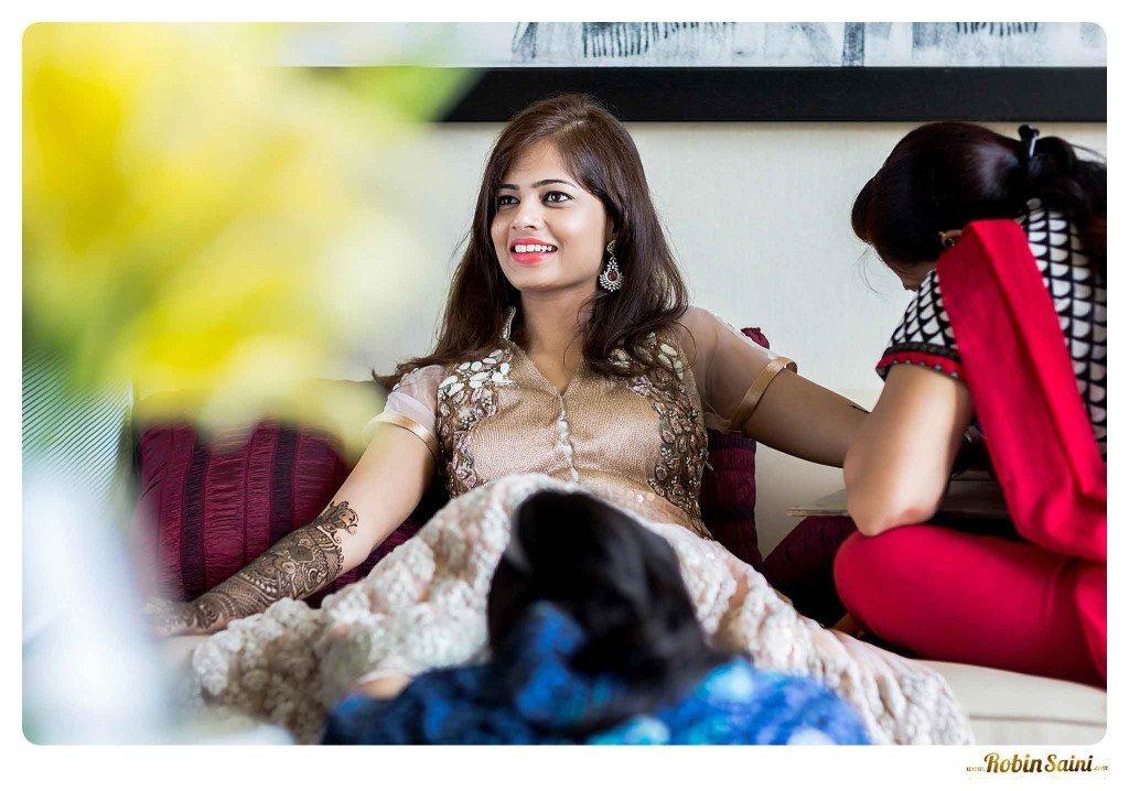 bride-mehandi-pics-mehandi-poses_050