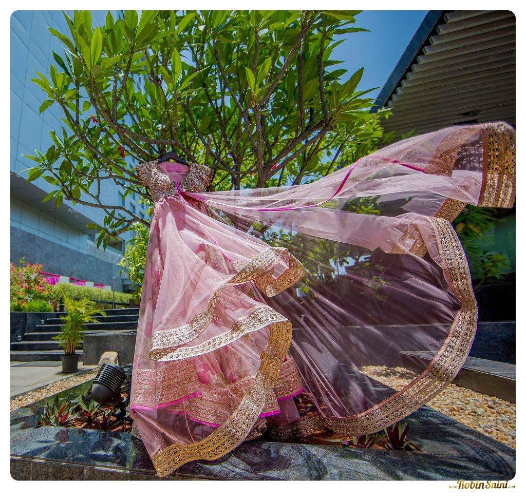 bride-mehandi-pics-mehandi-poses_052